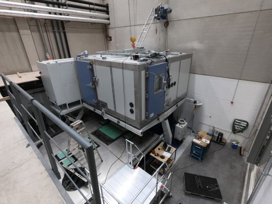 Vibration test bench with climatic testing